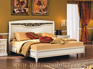 Двуспальная кровать с кованым элементом без ножной спинки белая в Миассе